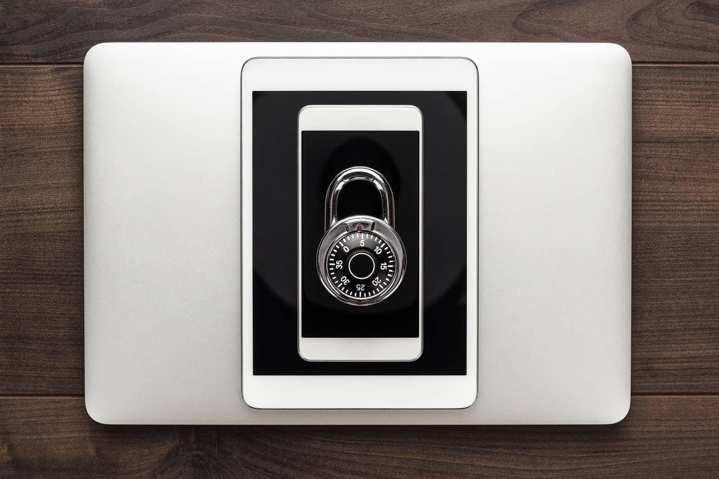 Imagen conceptual de tablet y movil para auditoría de protección de datos